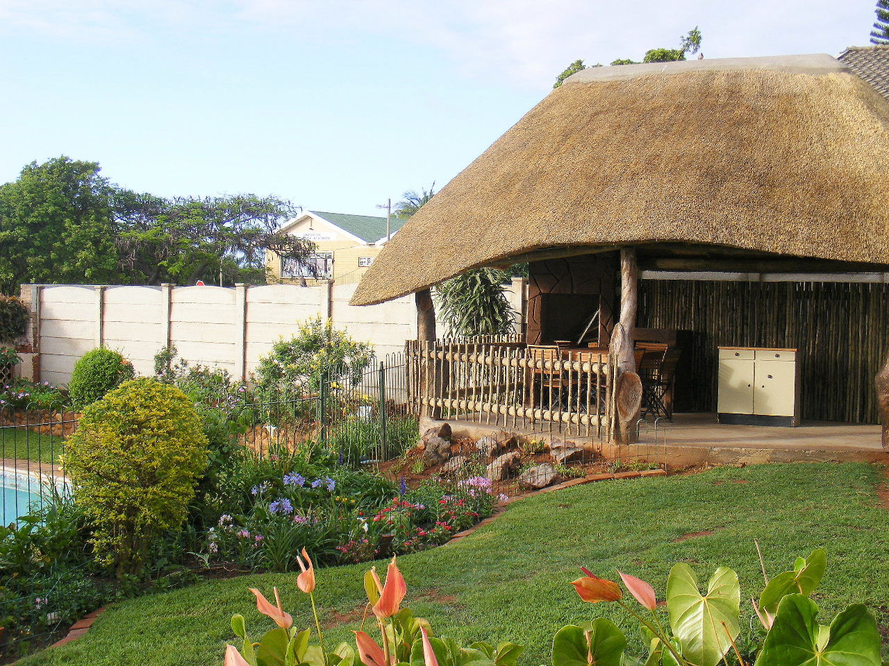 Thatched lapa overlooking the pool